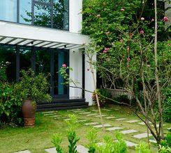 Thiết kế sân vườn trước nhà – Các mẫu thiết kế đẹp mắt, hợp phong thủy